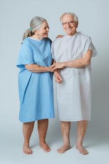 Pacientes idosos felizes apoiando uns aos outros durante o surto de coronavírus