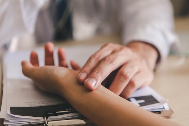 Pacientes para o médico de pulso. concentre-se no dedo do médico.
