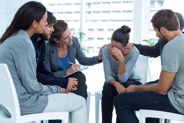 Pacientes preocupados consolam outro em grupo de reabilitação