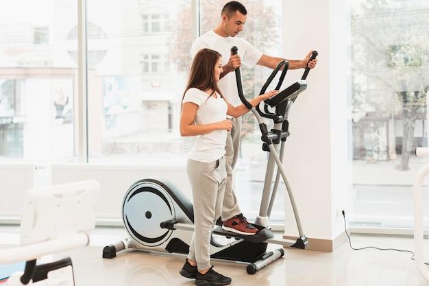 Pacientes usando stepper para exercícios médicos
