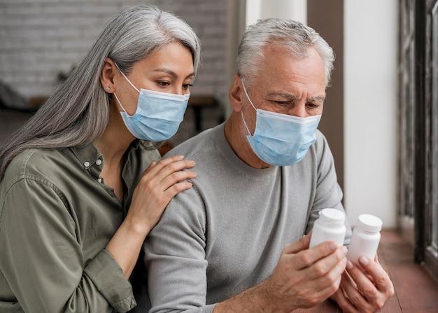Pacientes verificando tratamento médico