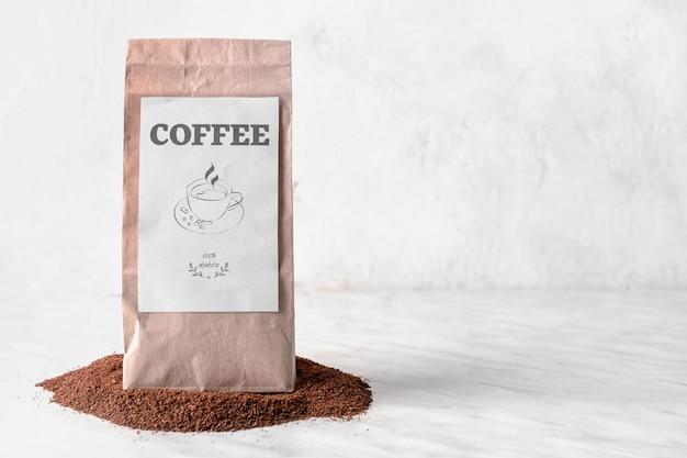 Pacote com pó de café na mesa
