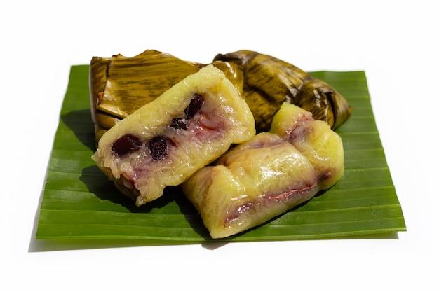 Pacote de arroz cozido em folha de bananeira em branco