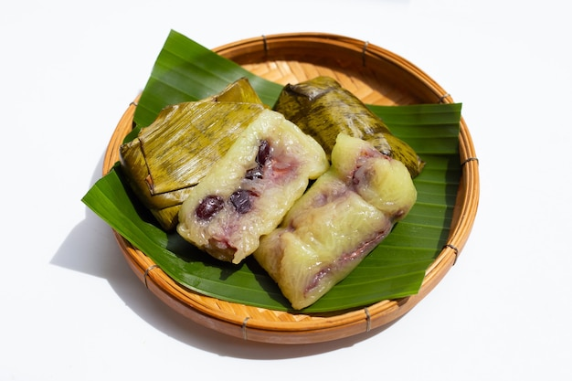 Pacote de arroz cozido em folha verde em branco
