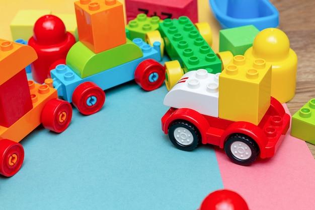 Pacote de brinquedos de educação infantil colorido criança construtor padrão de trem