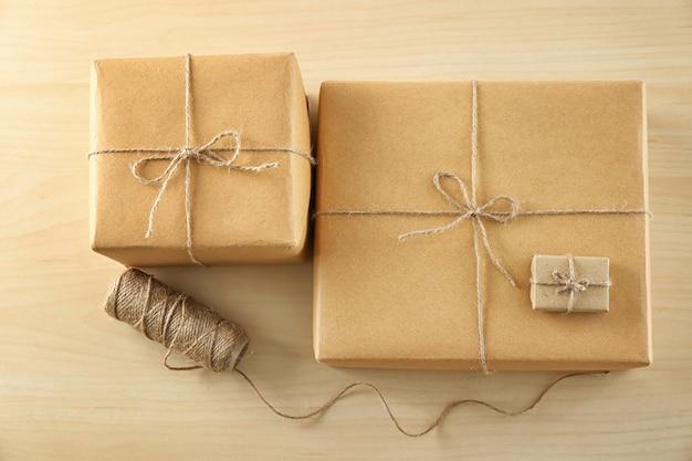 Pacote de caixas de presente na mesa de madeira