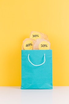 Pacote de compras com adesivos de venda