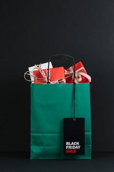 Pacote de compras com caixas de presentes com etiqueta de venda