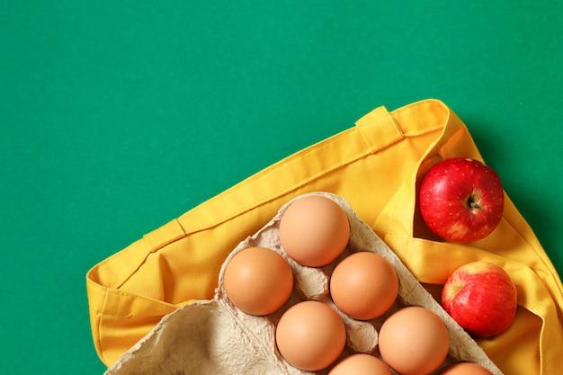 Pacote de compras de comida grátis. eco amigável saco natural com frutas orgânicas. itens livres de plástico. reutilize, reduza, recuse. vista do topo.