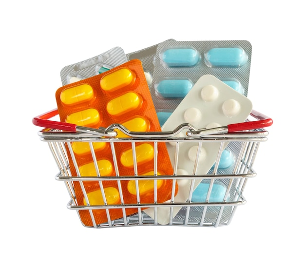 Pacote de comprimidos de remédios na cesta de compras isolado no fundo branco