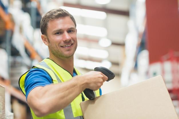 Pacote de digitalização de trabalhador manual a sorrir