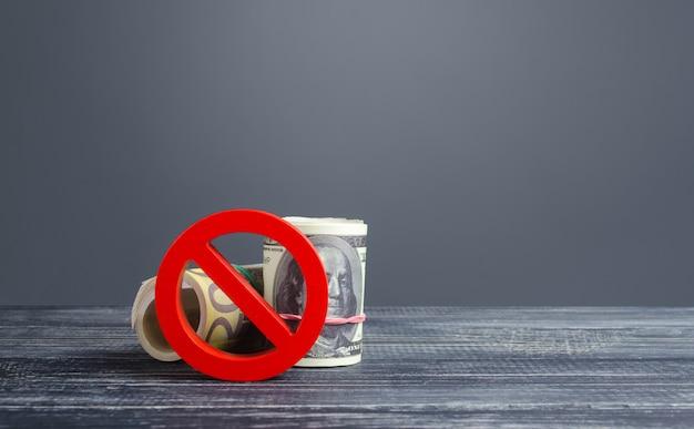 Pacote de dinheiro rola bloqueado pelo símbolo de proibição vermelho no. restrições de saída de exportação de capital