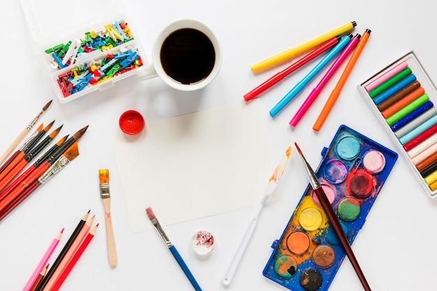 Pacote de ferramentas de artista com café