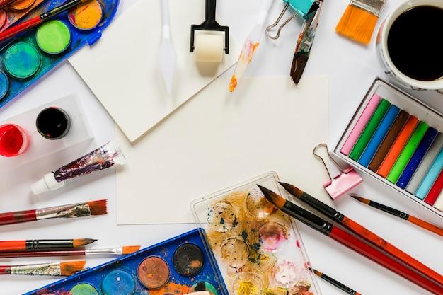 Pacote de ferramentas de artista e café