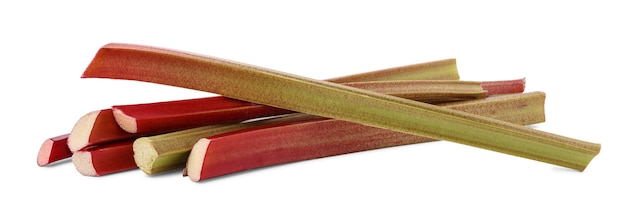 Pacote de grossos caules avermelhados de ruibarbo (rheum rhaponticum) sem folhas isoladas no fundo branco. planta cultivada, que é consumida como fruta após o cozimento.