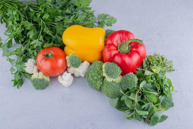 Pacote de legumes e verduras em fundo de mármore.