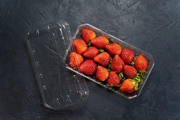 Pacote de morangos maduros, supermercado.
