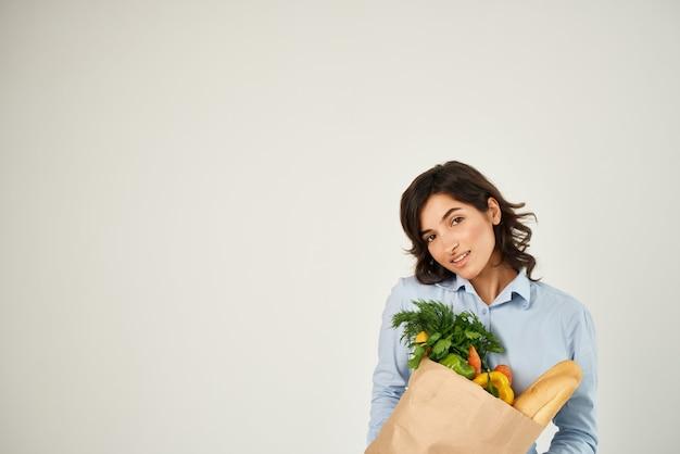 Pacote de mulher alegre com supermercado para entrega de legumes e verduras