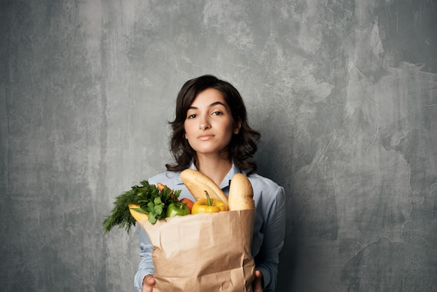 Pacote de mulher com legumes de mantimentos. foto de alta qualidade