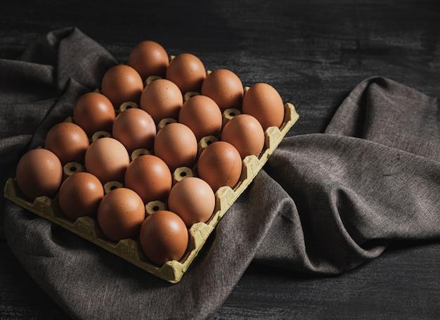 Pacote de ovos de vista superior na parte superior da cozinha
