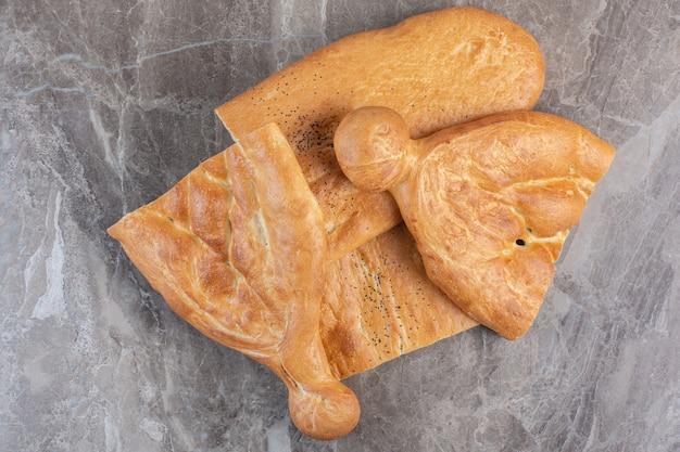 Pacote de pão tandoori meio fatiado em mármore.