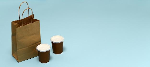 Pacote de papel com comida e café