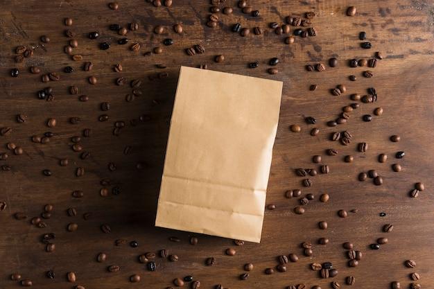 Pacote de papel e grãos de café