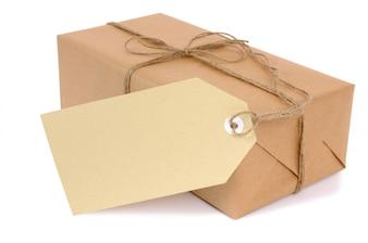 Pacote de papel pardo pequeno com etiqueta