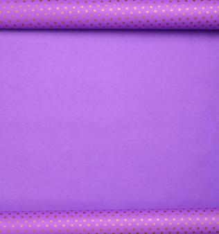 Pacote de papel roxo em um ponto dourado implantado, papel de embrulho, espaço de cópia