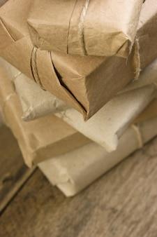 Pacote de pilha embrulhado com papel kraft marrom e amarrado com barbante