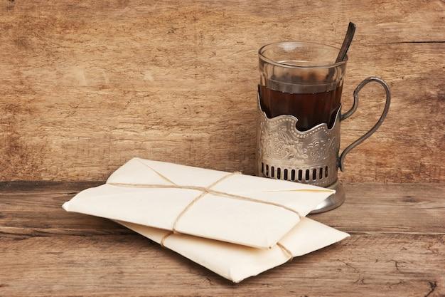 Pacote de pilha embrulhado com papel kraft marrom e uma pena no tinteiro