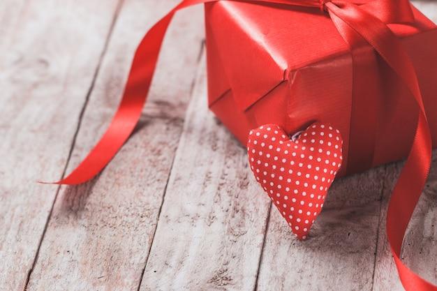 Pacote de presente vermelha com um coração suportada