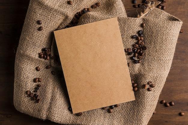 Pacote e grãos de café em pano de saco