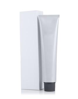 Pacote e tubo com tintura de cabelo isolada no branco