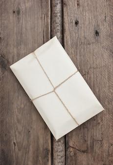 Pacote embrulhado com papel kraft marrom