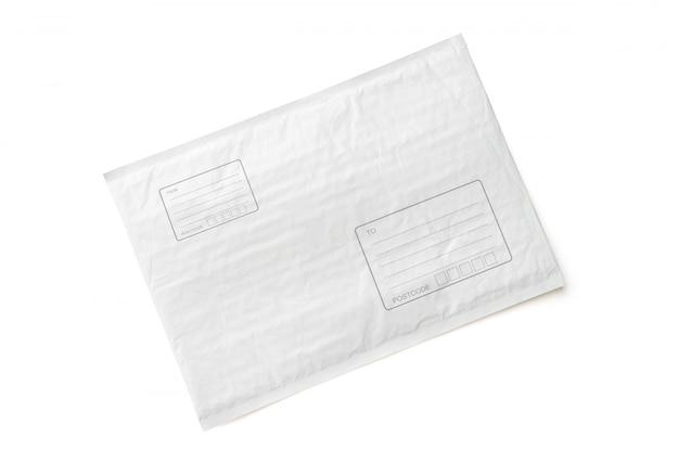 Pacote postal branco com área para escrever endereço.
