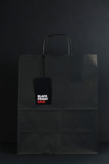 Pacote preto com etiqueta de venda