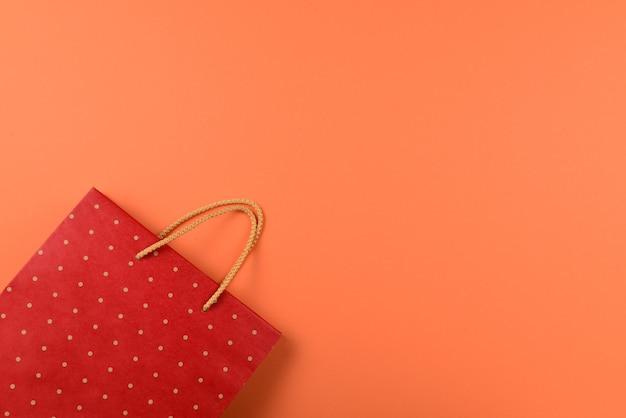 Pacote vermelho com listras em um fundo laranja