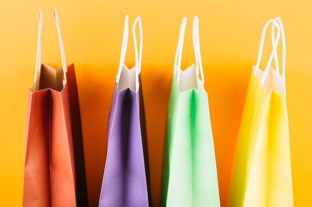 Pacotes coloridos com alças