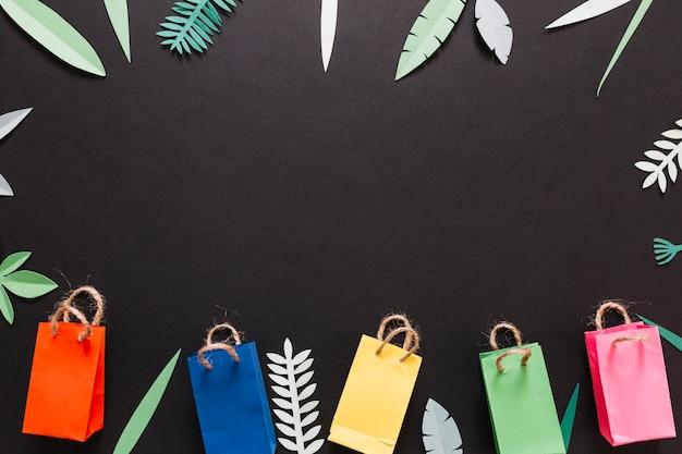 Pacotes coloridos e folhas decoradas
