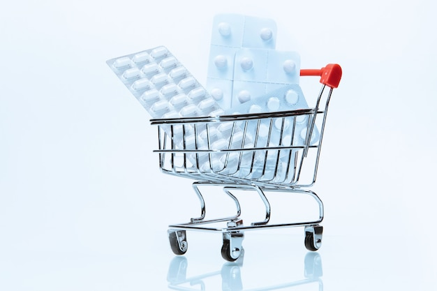 Pacotes com vários tablets no carrinho de compras