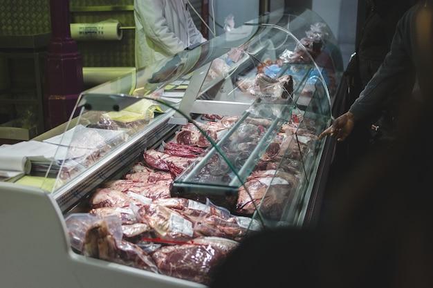 Pacotes de carne crua