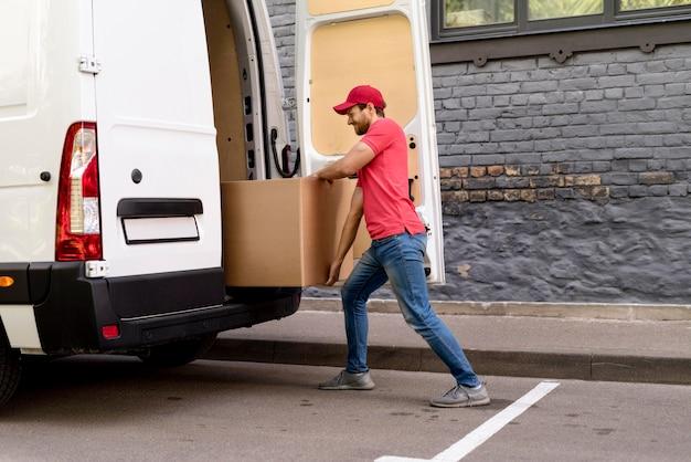 Pacotes de carregamento de homem de entrega