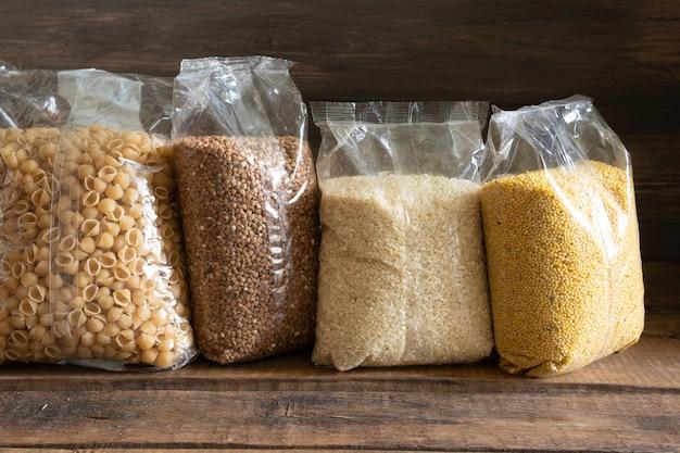 Pacotes de cereais em um fundo escuro de madeira. conceito de estoque alimentar