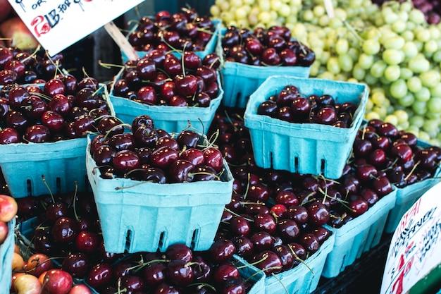Pacotes de cerejas vermelhas doces