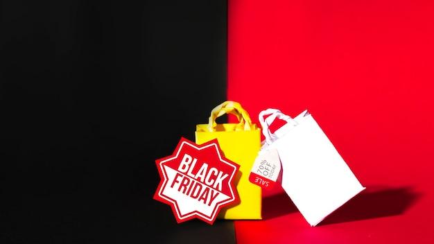 Pacotes de compras amarelos e brancos