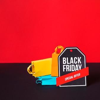 Pacotes de compras coloridos perto de sinal