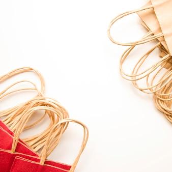 Pacotes de compras de papel marrom e vermelho