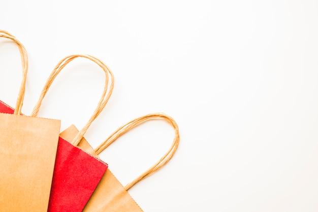Pacotes de compras marrom e vermelho