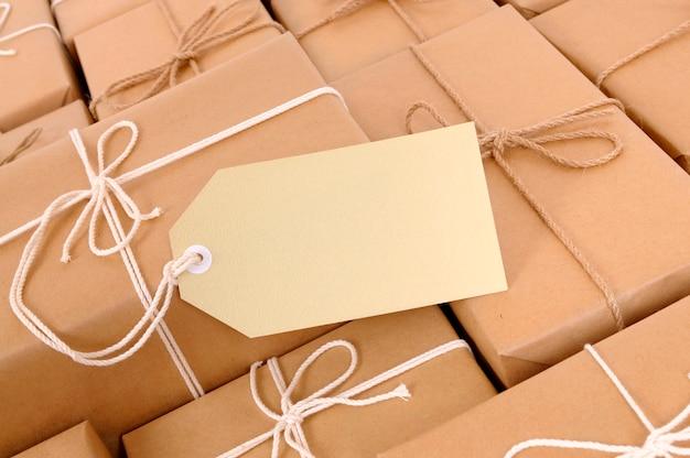 Pacotes de correio com etiqueta